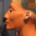 Altra immagine del busto di Nefertiti vista di profilo